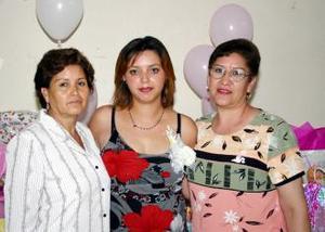 <u><i> 18 de octubre de2004</u></i><p>  Griselda de Ramírez junto a las organizadoras de su fiesta de canastilla, María Teresa Rodríguez y Rosario Vela Villegas