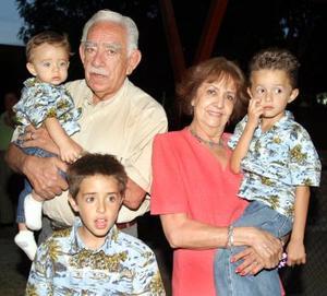 Diego Anaya Aguirre acompañado por sus abuelos, señores Ricardo Anaya y Soledad de Anaya y por sus hermanos Miguel Ángel y Guillemo