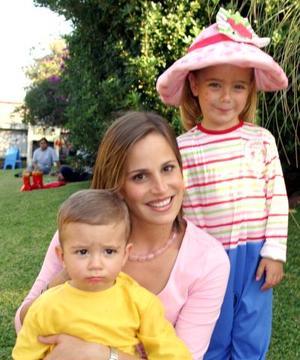 La festejada en compañía de su mamá, Irene de Fernández y el pqueño Fer.