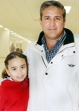 Ricardo Barrera viajó al Distrito Federal, con motivo de asuntos familiares, aquí lo despide una pequeña
