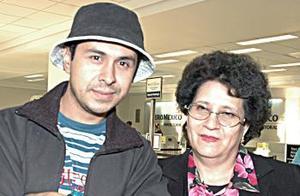 <u><i> 18 de octubre de 2004</u></i><p>  Rosario Obregón fue despedida por Alfonso Obregón, antes de viajar a Trujillo