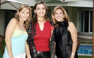 Erika Issa López de Lara acompañada de Scarlett de Franco y Lily de Cortina, en su despedida de soltera.