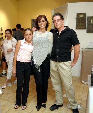 La expositora Margarita Alice Corral, en compañía de sus hijos, Andrea y Tito Barroso Corral.