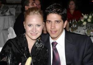 Mónica Fernández de G. y Alan Garza.
