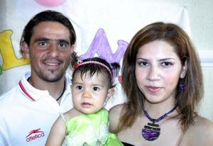 <u><i> 19 de octubre de 2004</u></i><p>  Melani Farida Metlich junto a sus papás Pablo Arturo Metrlich  y Elodia Molina