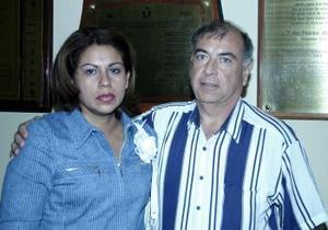 <u><i> 19 de octubre de 2004</u></i><p>  Susana C. de Canive y Ricardo Canive  asistentes a una obra de teatro en el TIM.