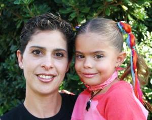 <u><i> 20 de octubre de 2004</u></i><p>  Olga de Díaz de Flores con su pequeña Ana Paula Dïaz Flores