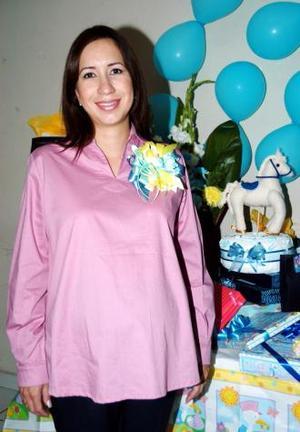 Ana Gacbriela Romàn de Sáenz recibió múltiples regalos para el bebé que espera