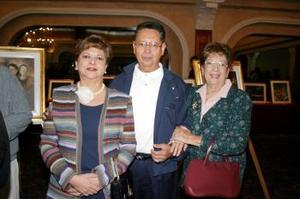 <u><i> 21 de octubre de 2004</u></i><p>  Margarita Obregón de Galindo, Carlos Obregòn y Carolina Jover de Obregón, captados en reciente exposición.