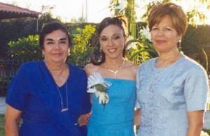 Isabel Garza Coss acompañada por las anfitrionas del convivio, María de los Ángeles Ponce de Garza y Leticia Santelices de Márquez.