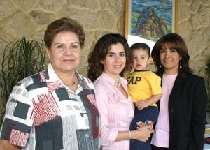 <u><i> 21 de octubre de 2004</u></i><p>   Tata de Fernández, María Rosa María de Rebollo, Ricardo Rebollo y Marisela Barrondo.