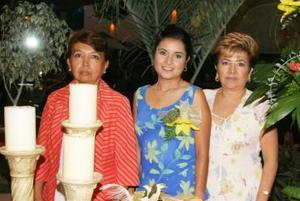 <u><i> 23 de octubre de 2004</u></i><p>  Liliana Mora Aguilar acompañada por las organizadoras de su despedida, Delfina Rodríguez y María del Carmen.