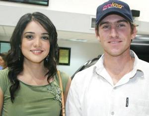 <u><i> 23 de octubre de 2004</u></i><p>  Lorena Salmón y Juan José Hamdan.