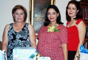 <u><i> 23 de octubre de2004</u></i><p>   Zulema López de Rojas acompañada por las organizadoras de su fiesta de canastilla.