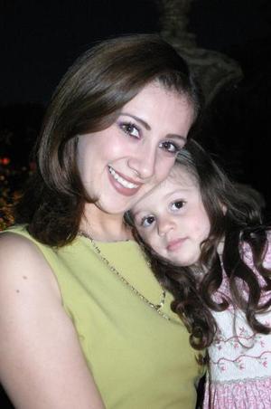 Astrid Casale Frausto con su hija Nayla Camila, en pasado festejo social.