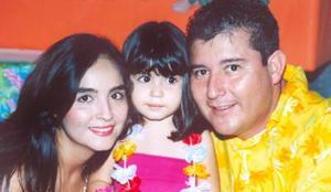La pequeña Anilú acompañada por sus papás, Juan José Chávez Luévano y Adriana Rocha de Chávez.