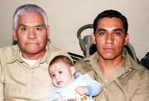 <u><i> 23 de octubre de 2004</u></i><p>  Miguel Ángel Tovar Sieres, Miguel Ángel Tovar Ramírez y Miguel Ángel Tovar Aguilera, captados en reciente acontecimiento.