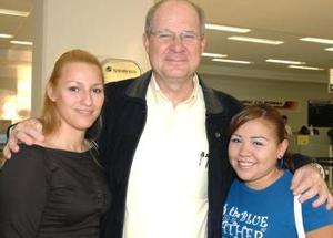 <u><i> 23 de octubre de 2004</u></i><p>  Rocío Alanís y Susana Gutiérrez despidieron a Andrezc Rattinger Aranda, quien viajó al DF.