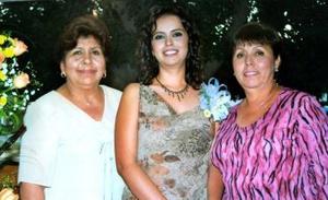 La festejada Sandra Ramírez  acompañada por las señoras Lidia Meléndez de Guzmán y Linda Tovar de Ramírez.