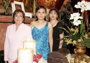La futura novia Jéssica Maricela Martínez con las organizadoras de su festejo, señoras Marcela Rodríguez y Graciela Salcido.