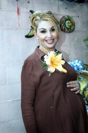 Cindy González de Morales, captada en la fiesta de regalos que le organizaron en honor del bebè que espera.