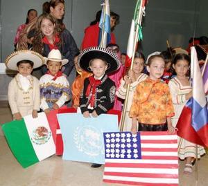 Alumnos de segundo grado de jardín de niños Los Ángeles, en compañía de su maestra Andrea Valencia
