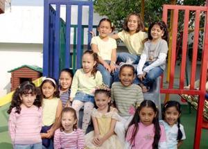 La pequeña Regina González Orozco acompañada de amiguitos en su fiesta de cumpleaños2