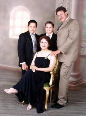 Ricardo Mercado Dávila y Sofía Ivonne Vera Jáquez celebraron recientemente sus 13 años de casados, acompañados por sus hijos Sergio David y Ricardo Mercado Vera.