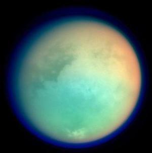 Los científicos creen que la atmósfera de Titán es similar a la de la Tierra en sus primeras épocas, y por eso quieren estudiar el tipo de química que precedió a la aparición de la vida terrestre.