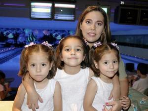 María José, María Isabel y María Alicia Ojeda González con su mamá Rosa Alicia González  de Ojeda, el día que festejaron sus respectivos cumpleaños