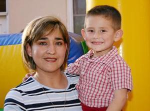 <u><i> 25 de octubre de 2004</u></i><p>  Roberto Roiz Bollaìn y Goytia junto a su mamá Sandra Bollaín y Goytia el día que celebró su séptimo cumpleaños.