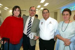 <u><i> 25 de octubre de 2004</u></i><p>  Carlos de la Fuente llegó de la Ciudad de México, lo recibieron Heidi, Celia y Luis.