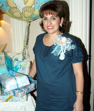 Adela María Hernández captada en la fiesta de regalos que le ofrecieron en honor del bebé que espera