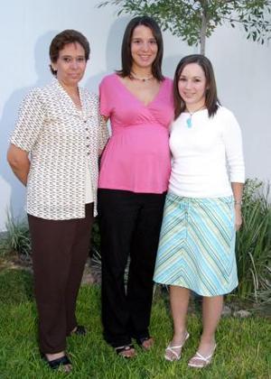 Begoña Galán de Sada junto a las anfitrionas de su fiesta de canastilla Alejandra Galán  Saracho y Begoña Saracho de Galán
