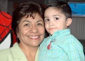 <u><i> 27 de octubre de 2004</u></i><p>  Priscila Parada con su nieto Sebastián Castro Depp.