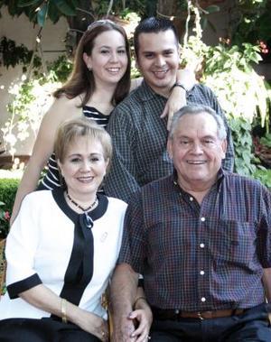Everardo López Alcalá festejó su cumpleaños con una amena reunión que le organizaron su esposa María del Socorro Rodríguez de López y sus hijos Oneyda y Omar.
