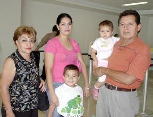Enrique Guzmán y Teresa Herrera viajaron a Cancún, los despidieron sus padres.