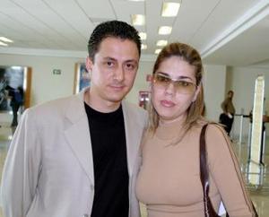 <u><i> 27 de octubre de 2004</u></i><p>  Fernando Dacarett viajó al DF y fue despedido por su esposa Margarita.
