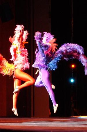 Pero la fiesta todavía no terminaba... el danzón y la jarana de Yucatán abrieron la segunda parte. Con movimientos elegantes y gracia natural, los bailarines encontraron la armonía para mezclar los ritmos heredados de España con las raíces de los huipiles indígenas.