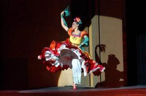 Y antes del intermedio, llegó el Carnaval de Tlacotalpan, Veracruz. Los tradicionales atuendos blancos, engalanados con el mandil negro bordado, resaltaron la belleza típica mexicana. Por su parte, ellos con sus botas y pañuelo al cuello, supieron llevar el ritmo marcado por el arpa.