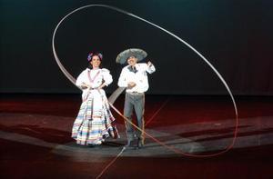 Los sones de Michoacán dieron la pauta, en medio de un arco simulado de flores de colores.