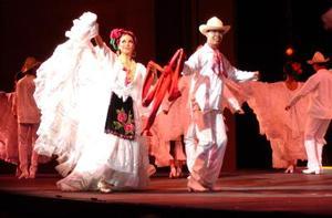 Luego, violines y guitarra dieron paso a las bailarinas que portaban suntuosos trajes al estilo Michoacán.