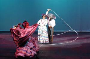 Los sonidos del caracol y los tambores inundaron el inmueble, que pronto se vio atestado de penachos de brillantes colores con la Danza de los Quetzales. Al fondo un cielo azul y el recorrido iniciaba en la época prehispánica.