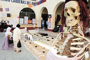 Alumnos de la Escuela Lázaro Cárdenas colaboraron desde generar  la idea hasta en la limpieza del lugar del altar.