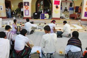 En la Escuela Secundaria General Lázaro Cárdenas del Río montaron un altar a Sandra Georgina Espinoza Facusseh.