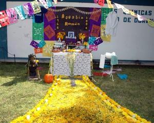 Alumnos universitarios también realizaron altar de muertos, esta foto muestra el realizado por estudiantes de la UJED.