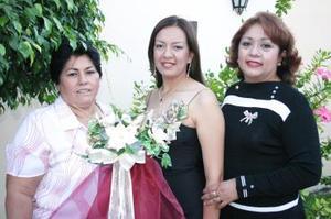 Gabriela Iveth, Romero Rueda acompañada por las organizadoras de su despedida de soltera, Bertha Cuéllar de Sánchez y Mayela Rueda.