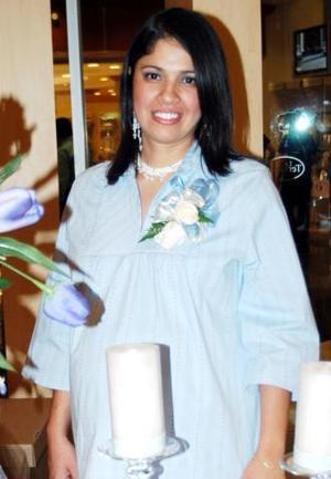 Lety Rivera de García recibió múltiples felicitacitaciones, en la fiesta de regalos que leofrecieron en días pasados.