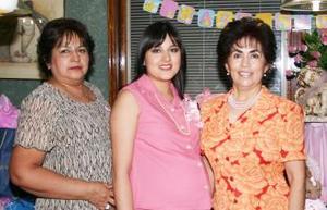 Brenda López de Boone junto a las anfitrionas de la fiesta de regalos que le ofrecieron en días pasados.