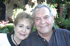 <u><i> 30 de octubre de 2004</u></i><p>  Everardo López Alcalá en compañía de su esposa, María del Socorro Rodríguez de López, el día que celebró su cumpleaños.